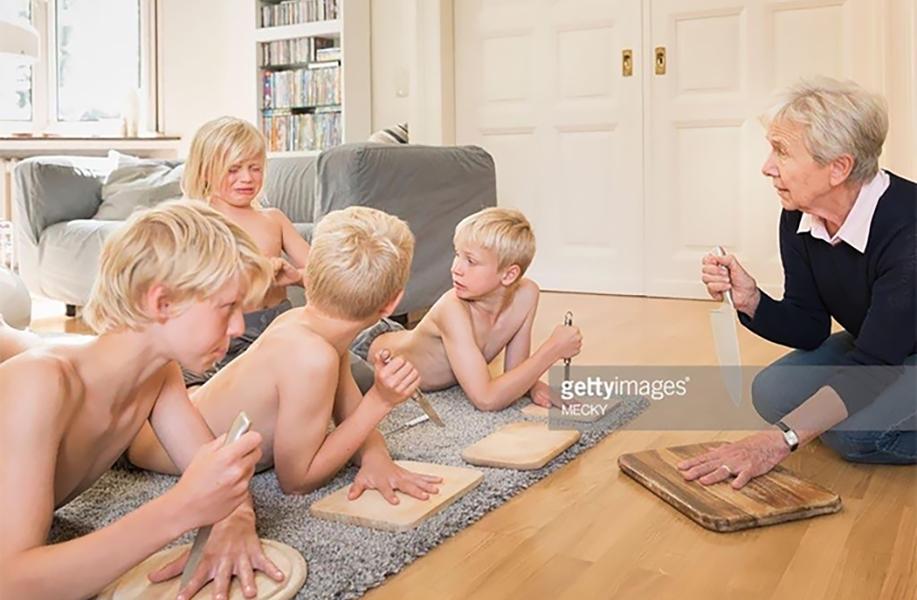 oma speelt met de kleinkinderen
